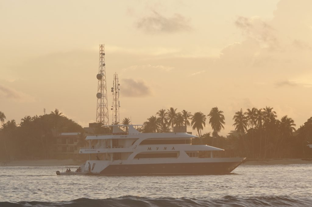 ספארי גלישה על גבי יכטה באיים המלדיביים