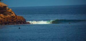 טיול גלישה לאנגולה - גלים שמאליים הנשברים לאורך רצועת החוף